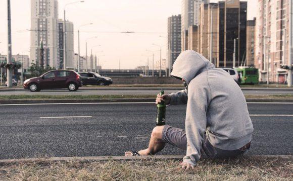 Dlaczego ludzie popadają w alkoholizm? Przyczyny alkoholizmu